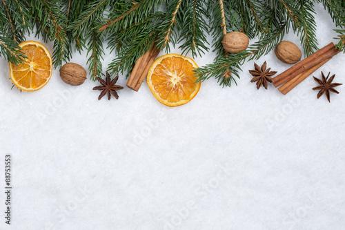 weihnachten hintergrund mit tanne tannenzweige orange fr chte stockfotos und lizenzfreie. Black Bedroom Furniture Sets. Home Design Ideas