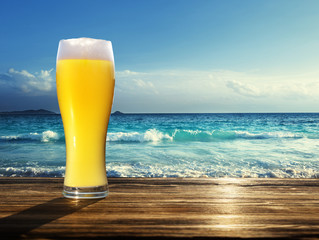 Fototapete - fresh  unfiltered beer and tropical beach
