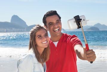 Liebespaar in Rio macht Selfie am Strand