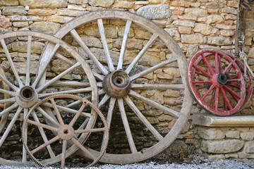 anciennes roues de charettes en bois