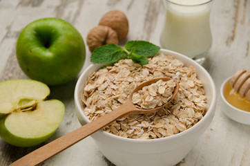 Oatmeal with honey, green apple, milk and walnuts