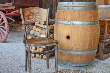 tonneau et chaise dans grange