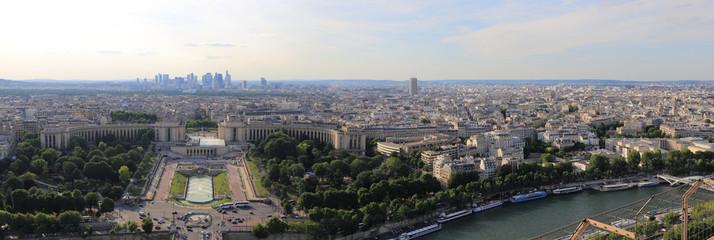 panorama dur le trocadéro et la ville de paris au crépuscule