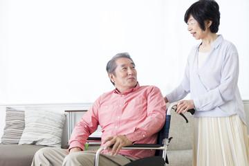車いすを押す老夫婦