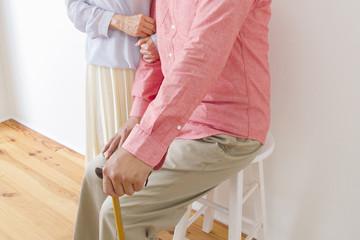 杖をつく老夫婦