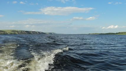 На середине реки Волга