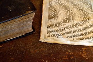 altes Buch geschlossen mit Seite