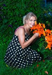 Красивая женщина в саду