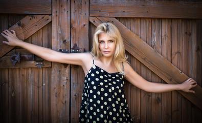Портрет красивой женщины на деревянном фоне