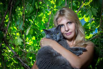 Портрет красивой женщины с котом