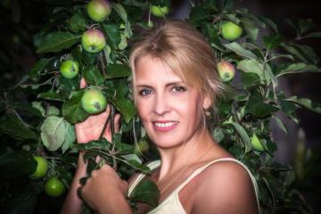 Портрет женщины под яблоней