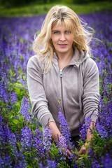 Портрет женщины в поле с цветами