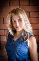 Портрет красивой женщины на фоне кирпича