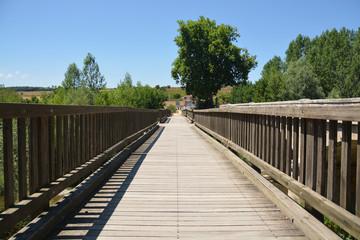 puente de madera en el camino de santiago