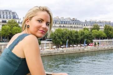 Jeune parisienne sur les quais