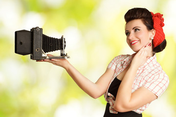 Pinup Girl macht ein Selfie von sich