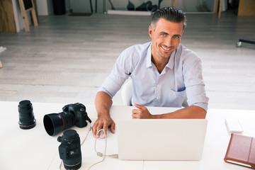 Ohotographer using laptop