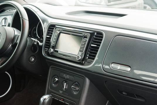 Armaturen in einem Auto, Autoradio, Navigationssystem, Lüftung