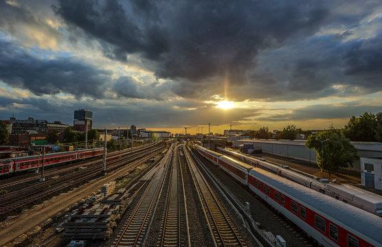 Bahngleise im Sonnenuntergang in Berlin