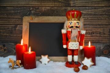 Weihnachtszeit - leere Kreidetafel - Werbefläche - Nussknacker und Kerzen