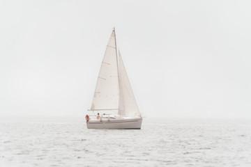 coppia in barca a vela