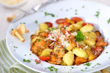 Gnocchi mit frischen gebratenen Pfifferlingen und Käse-Sahnesoße mit Speck