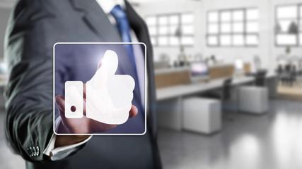 Geschäftsmann drückt Like-Symbol