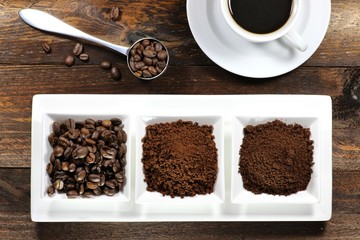 Kaffeebohnen, Kaffeepulver und Instantkaffee auf rustikalem Holztisch