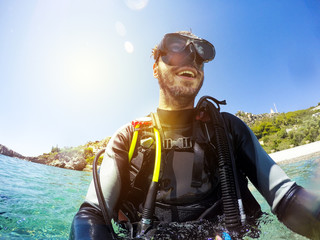 Photo sur Plexiglas Plongée Smiling diver portrait at the sea shore. Diving goggles on.