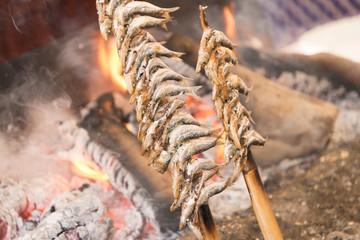 Foto auf AluDibond Lebensmittelgeschäft espeto de sardinas