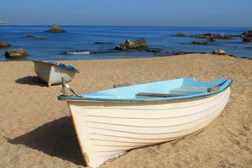 Barque de pêche sur une plage de méditerranée (Alger Est), Algérie