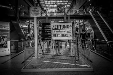 Gedenkstätte an den Mauerfall in einem Berliner Einkaufszentrum