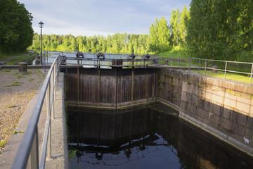 """Старинный шлюз """"Мялкия"""" на Сайменском канале летним утром. Финляндия"""