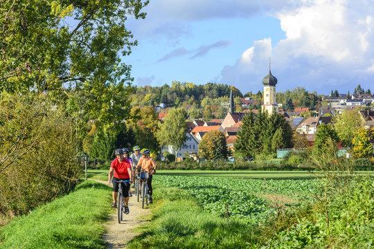 Radfahren in herbstlicher Landschaft