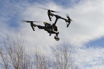 Drone surcando el cielo azul