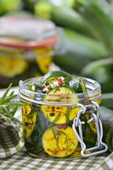 Kurzgebratene und gewürzte Zucchinischeiben in Olivenöl eingelegt