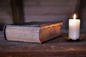 Märchenbuch mit Kerze
