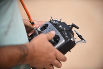 Emisora controlando drone