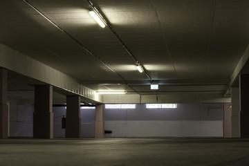 Beleuchtung in leerem Parkhaus