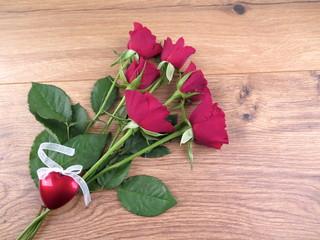Rote Rosen mit karierte schleife