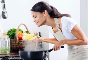 Thuiskok koken in de keuken