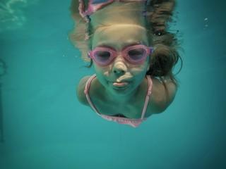 Fille nager piscine