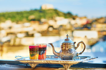 Photo sur Plexiglas Maroc Moroccan mint tea with sweets