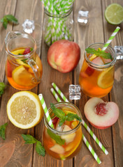 Foto op Aluminium Keuken Ice tea with lemon, peach and mint