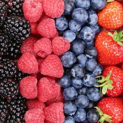 Beeren Früchte in einer Reihe mit Erdbeeren, Himbeeren und Blau
