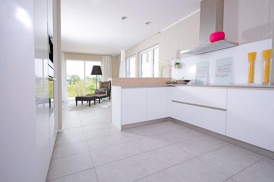 helle moderne Küche mit Sitzgelegenheit