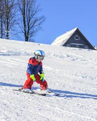 kleiner Junge beim skifahren