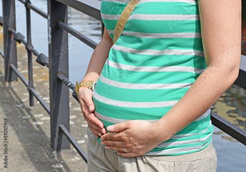 Mädchen bläst ihren Bauch auf