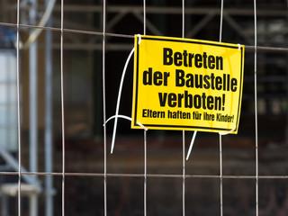 Baustelle betreten verboten - Verbot - Gefahr - Kinder - Haftung
