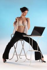 Frau macht Striptease vor Laptop